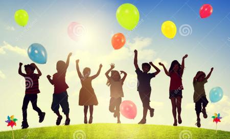дети-outdoors-играя-концепцию-е-инения-воз-ушных-шаров-80310564
